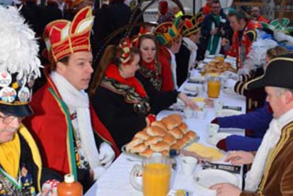 Carnavalsontbijt op de Ginnekenmarkt